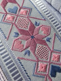 Buillnet lilas velvet washcloth brand Embroidered by hand in straight stitch and . Hand Embroidery Videos, Hand Embroidery Tutorial, Hand Embroidery Stitches, Diy Embroidery, Cross Stitch Embroidery, Embroidery Patterns, Cross Stitch Patterns, Bargello Needlepoint, Bargello Patterns
