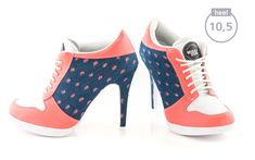 Mit dem Sport High Heel Model CUTE JEANS ziehst du Dank der fetzigen Jeansoptik alle Blicke auf dich. Die Luftlöcher im Zehenbereich sorgen nicht nur für ein angenehmes Schuhklima, sondern forcieren zusammen mit der weißen Schuhzunge den sportiven Touch.
