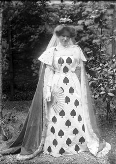 Vintage Costumes An Edwardian woman in a beautiful Queen of Spades costume, c. 1900s Fashion, Edwardian Fashion, Vintage Fashion, Victorian Fancy Dress, Victorian Costume, Victorian Life, Fancy Dress Ball, Dress Up, Vintage Costumes