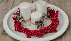 DIY: Adventskranz aus Illex und Eucalyptus | daisiesandglitter Napkin Rings, Panna Cotta, Napkins, Ethnic Recipes, Food, Decor, Red Berries, Dekoration, Dulce De Leche