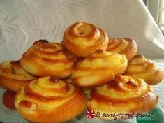 Smooth, sweet bread filled with vanilla creme (in Greek) via sintagespareas. Greek Sweets, Greek Desserts, Greek Recipes, Sweets Recipes, Cooking Recipes, Crepes And Waffles, Sweet Buns, Sweets Cake, Sweet Bread