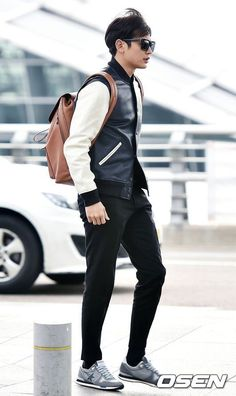 Minho's handsomeness is so alluring that even he himself has been caught looking at his own photos. SHINee's Minho seems to havedeveloped a quirky little habit while waiting for his flight at the airport. In the past months, fans have caught SHINee's Minho scrolling through his own photos at the airport, minutes after the photos...