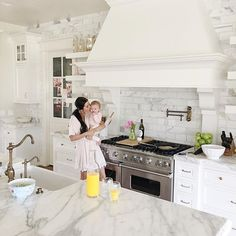 LOVE THIS KITCHEN HOOD & shelving This is a gorgeous white kitchen! The marble backsplash and the custom range hood are my favorite parts. Kitchen Hoods, White Kitchen Cabinets, Kitchen Cabinet Design, New Kitchen, Kitchen Ideas, Kitchen White, Large Kitchen Backsplash, Kitchen Retro, Kitchen Layout