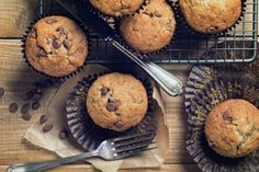 Start your day off right with these delicious muffins. These warm, moist muffins are filled with sweet chocolate chips. This is the perfect complement to your morning coffee. Chocolate Chip Muffins, Chocolate Chip Recipes, Chocolate Cake, Chocolate Chips, Chia Recipe, Base Recipe, Healthy Sweets, Healthy Recipes, Sweet Recipes