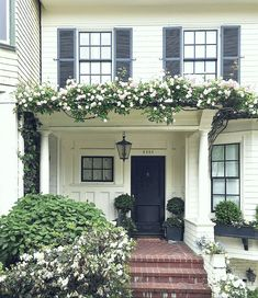 shabby chic homes auction Exterior Paint, Exterior Design, Black Window Frames, Black Frames, Decoration Plante, Window Sizes, Best Windows, Shabby Chic Homes, Better Homes