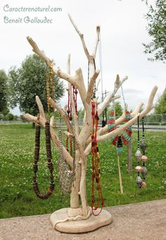 Arbre présentoir à colliers en bois flotté Caractère naturel Driftwood Jewelry, Driftwood Crafts, Wooden Jewelry, Jewellery Storage, Jewellery Display, Jewelry Organization, Craft Show Displays, Craft Show Ideas, Jewelry Display Stands