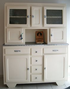 buffet mado relooké Kitchen Cabinets And Cupboards, Vintage Buffet, Dining Buffet, Buffet Cabinet, Home Staging, Home Kitchens, Kitchen Decor, Room Decor, Furniture