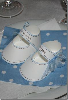 Bordkort til barnedåp, nydelige små sko. Disse må vel være knall å skjære ut med silhouette cameo!? Papirgleder.no