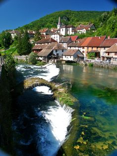 Lods, Franche-Comté, France. C'est beau ici. Je vais nager dans l'eau ici.