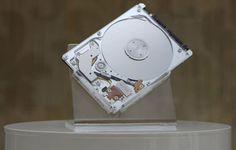 """Une nouvelle sorte de disque dure hybride est en route : l'A-Drive    1 Tera de stockage, secondé par un SSD de 32 Go (jusque là, vous allez me dire bof ^^ mais attendez la suite). Tout ceci sera logé dans un espace confiné d'un disque de 2.5"""" avec seulement 5 millimètres d'épaisseur (de quoi le mettre même dans les ultra-books donc).    Le prix...... seulement 60 € maximum, alléchant non ?   Cette performance est réalisée par la société DSI (Data Storage Institute)."""