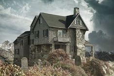 Haunted Houses In America, Haunted House Stories, Real Haunted Houses, Haunted Places, Creepy Houses, Spooky House, Cheap Home Decor Stores, Home Decor Items Online, Home Decor Catalogs