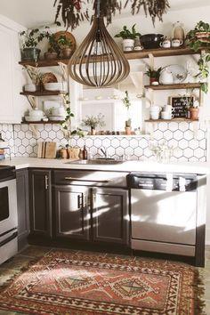 Boho Kitchen, Kitchen Tops, Home Decor Kitchen, Kitchen Interior, New Kitchen, Home Kitchens, Kitchen Cabinets, Kitchen Rug, Kitchen With Plants