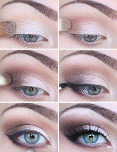 Chica delineando sus ojos con una sombra para ojos