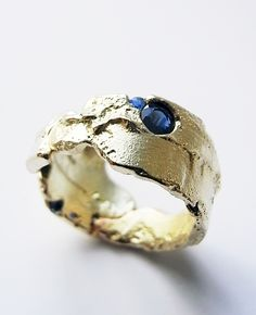 Kelvin J. Birk Freeform ring in gold, cut sapphires and sapphire fragments, 2013 Contemporary Jewellery, Modern Jewelry, Jewelry Art, Jewelry Rings, Silver Jewelry, Unique Jewelry, Jewelry Accessories, Fine Jewelry, Jewelry Design