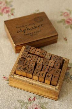 Alfabeto con tacos de #madera y letras. // Antique Style #Wood Stamps Set