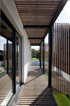 20/05/2014 - A Porto e 348 arquitecturaha realizzato Casa #01: un monolite, sezionato da vuoti orizzontali e verticali, che dissimula lo sdoppia