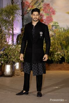 Fanboy in me for Big B, SRK will never die: Sidharth Malhotra - Social News XYZ Indian Wedding Clothes For Men, Sherwani For Men Wedding, India Fashion Men, Indian Men Fashion, Mens Indian Wear, Mens Ethnic Wear, Marriage Dress For Men, Kurta Men, Boys Kurta