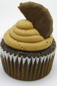 Thin mint cupcakes with chocolate mint frosting (Around My Family Table) Cake Mix Recipes, Cupcake Recipes, Cupcake Cakes, Dessert Recipes, Cupcake Ideas, Cup Cakes, Easy Recipes, Cookie Recipes, Mint Chocolate