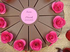 pudełeczka dla gości w kształcie tortu, różne kolory różyczek jotstudio.pl