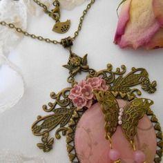 Collier shabby chic rétro, grand médaillon ouvragé, papillon, angelot, abeille