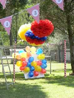 game or party favour board--put prizes in balloons and have kids take on upon leaving---Photo booth at a Circus Party #circus #photobooth