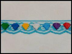Una pulsera de tela de encaje con mini figuras basadas en las Chaos Emeralds.
