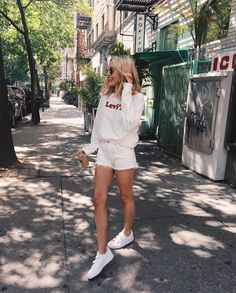 summer style - casual comfy summer outfit for women, teens, all white. White trainer sneaker look, sweatshirt inspo, Levi's Spring Summer Fashion, Spring Outfits, Trendy Outfits, Fashion Outfits, Fitz Huxley, Street Style Outfits, Looks Style, Mode Inspiration, Mode Style