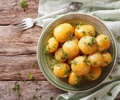 A kora nyár nagy adománya az újkrumpli: mire véglegesen megunjuk a régit, addigra épp itt a pergő héjú, hamvas színű, édes, lédús friss krumpli.