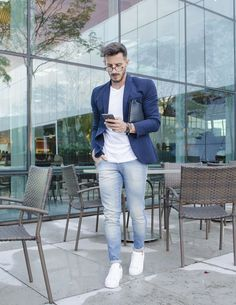 This combination of a navy sport coat and light blue jeans is perfect for a nigh. Blazer Jeans, Blazer Outfits Men, Mens Fashion Blazer, Sneakers Fashion, Men Blazer, Work Outfits, Men's Outfits, Classy Outfits, Light Blue Jeans Outfit