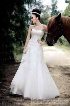 A-ラインストラップレスチャペルトレーンチュールウェディングドレス