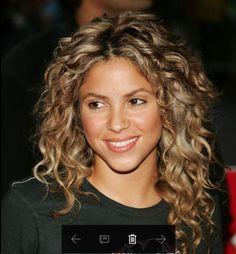 Kısa olan saçlarda dağınık bir şekilde şekillendirilerek günlük hayatta kolaylıkla kullanılabilir. Geceye uygun olsun diye saçlar güzel dolgun bir topuza dönüştürülebilir ya da bukle