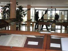 """Exposición """" Tesoros bibliográficos: libros curiosos y sorprendentes en la biblioteca universitaria"""" Vestíbulo de la Biblioteca Central de Badajoz #libros #exposiciones #biblioteca #uex"""