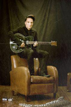 """Bela B.: """"Echte Männer singen unpeinlich über Liebe"""" - Für seine neue Solo-CD """"Bye"""" hat Bela B, der berühmteste Stehtrommler Deutschlands, die Drumsticks gegen die Westerngitarre, und den Punkrock gegen Country eingetauscht. Im OÖN-Interview erzählt der """"Die Ärzte""""-Schlagzeuger wie er seinen """"inneren Johnny Cash"""" fand und warum Männer so wehleidig sind: http://www.nachrichten.at/nachrichten/kultur/Bela-B-Echte-Maenner-singen-unpeinlich-ueber-Liebe;art16,1358670 (Bild: Konstanze Habermann)"""