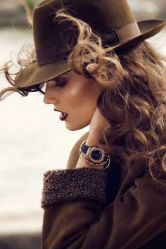Bronzing + highlighting. Deep blue/red lips.  Love the hat!