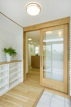 【リフォーム】白壁と明るい色調の木目がやさしく迎えるエントランス。|歯科医院|玄関|【オーナーズレポートをホームページにて掲載中】