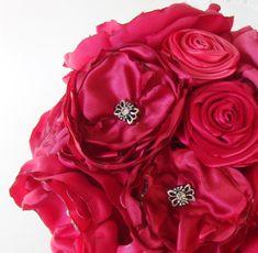 Prachtige boeket gemaakt volledig van handgemaakte satijn bloemen! Mooie combinatie van verschillende tinten van hete roze satijn bloemen van verschillende grootte en stijl met juwelen Strass centra. Ik heb zorgvuldig elke bloem met aandacht voor detail gemaakt en goed aangesloten