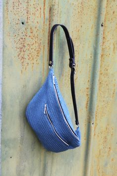 Genbrug et bælte eller rem og hækl din egen bumbag. Crochet Belt, Crochet Shell Stitch, Crochet Diy, Crochet Handbags, Crochet Purses, Handmade Handbags, Handmade Bags, Mens Waist Bag, Crotchet Bags