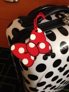Mickey luggage with Minnie Mouse luggage tag. Mickey Mouse Luggage, Disney Luggage Tags, Mickey Mouse Toys, Disney 2015, Disney Diy, Disney Stuff, Disney Magic, Disney Travel, Disney World Trip