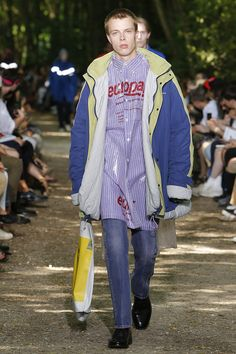 See all the Collection photos from Balenciaga Spring/Summer 2018 Menswear now on British Vogue Mens Fashion 2018, Men Fashion Show, Denim Fashion, Fashion Week, Latest Fashion Trends, Paris Fashion, Street Fashion, Runway Fashion, Women's Fashion