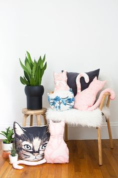 Make this easy DIY no-sew cat pillow for all the crazy cat people in your life (admit it, it's you). @idlehandsawake