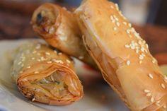 Ατομικά χορτοπιτάκια με σουσάμι Wrap Recipes, Shrimp, Sandwiches, Bread, Burgers, Food, Gastronomia, Kitchens, Roll Up Sandwiches