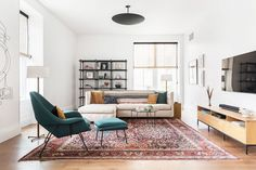 Splendid Find out the top living room mistakes interior designers always notice so you can make sure your space looks polished. The post Find out the top living room mistakes interior designers always notice so you ca… appeared first on Ameria . Cute Living Room, Living Room Decor Cozy, Small Living Rooms, Rugs In Living Room, Modern Living, Simple Living, Budget Living Rooms, Living Room White Walls, Modern Room