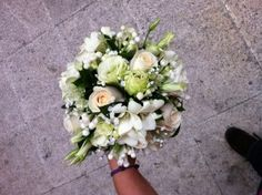 ramo de novia: rosas, bouvardia, lisianthum, fressia, rusucus y camelia. bridal bouquet