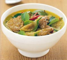 A delicious Thai Green Curry recipe (Gaeng Kiaw Wan) from the authentic Thai cookbook 'Popular Thai Cuisine'. This dish can be made with beef, chicken, pork, fish or simply the seasonal vegetables. Authentic Thai Green Curry, Easy Thai Green Curry, Thai Green Curry Recipes, Green Thai, Easy Thai Recipes, Pork Recipes, Asian Recipes, Great Recipes, Cooking Recipes