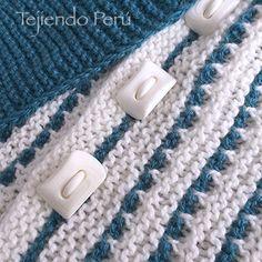 Detalles de la capa con punta doblada tejida en dos agujas en dos colores de lana ☺️ El paso a paso está en nuestra web: www.tejiendoperu.com