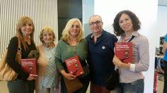 Foto familiar de Alfred López junto a su madre y hermanas y sus respectivos ejemplares del libro Vuelve el listo que todo lo sabe