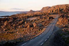 Hamningbergveien i Vardø vest for Persfjorden går gjennom et fantastisk forrevent landskap, av mange beskrevet som et månelandskap. Foto: Jarle Wæhler