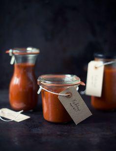 Har du nogensinde lavet din egen ketchup? Det er slet ikke så svært, og den hjemmelavede version smager meget bedre, end den man køber færdig.