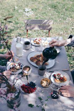 Spring-Breakfast under a Plum Tree - Brunch-Ideen Breakfast Party, Breakfast Table Setting, Country Breakfast, Comida Picnic, Café Chocolate, Gluten Free Pancakes, Plum Tree, Picnic Time, Picnic Parties