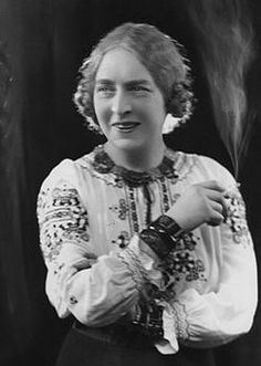 Dame Laura Knight (English, 1877-1970), impressionist painter, part of the Newlyn artists colony in Cornwall with contemporaries Alfred J. Munnings, Lamorna Birch, and her husband, Harold Knight; first woman elected to the Royal Academy. Photo circa 1910.